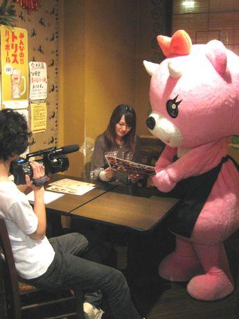 「お仕事体験ものがたり」撮影の様子。写真中央=コアックマと一緒に「お仕事体験」をするレポーターの脇田唯さん