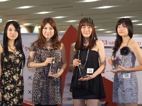 「2011・ミス・ユニバース・ジャパン北海道大会」の受賞者。左から特別賞・佐久間理恵さん、2位・高田麻紀子さん、グランプリ・米澤早那さん、3位・米川由莉さん