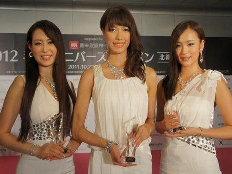 「2012ミスユニバースジャパン北海道」の受賞者。左から2位の渡邊優花さん、グランプリの近藤智美さん、3位の高橋佑奈さん