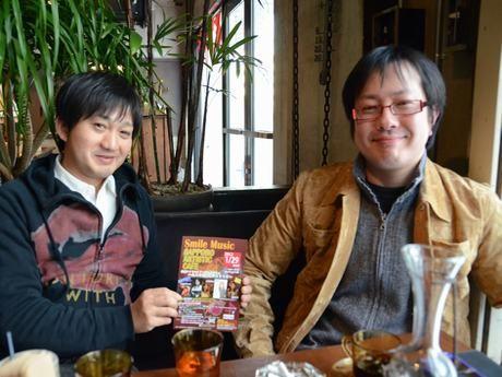 主催者の荒井純一さん(左)とイラストレーターの吉田徹さん