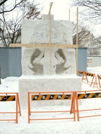 制作途中の「初音ミク」雪像