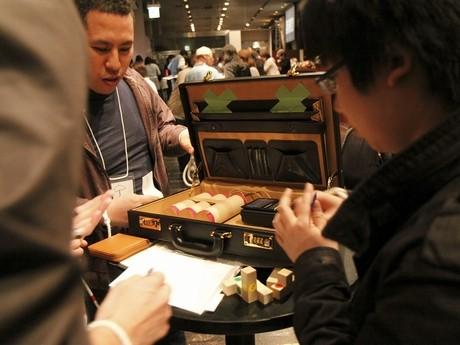 2010年、東京で行われた「マジックショーからの脱出」で謎解きにチャレンジする参加者ら