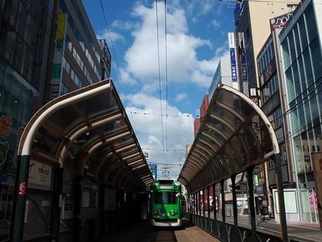 DVD映像の初めに登場する「西4丁目停留所」と、札幌の町に溶け込む路面電車のワンシーン