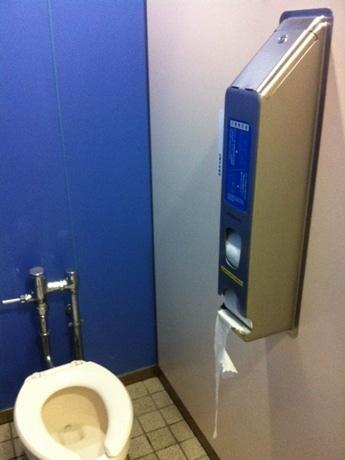 新たにトイレットペーパーが設置されたトイレ個室