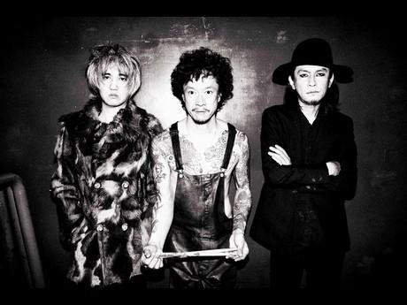 THE GOLDEN WET FINGERS(左からギター・イマイアキノブさん、ドラム・中村達也さん、ギターボーカル・チバユウスケさん)