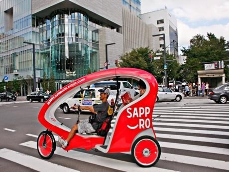 「サッポロスマイル」のテーマカラー・赤色にラッピングしたベロタクシー