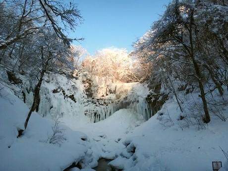滝が凍って柱になる現象「氷爆」(写真は昨年1月に撮影。提供は滝野すずらん丘稜公園)