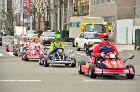 マリオ・ルイージ・ピーチ姫・キノピオ・ヨッシーの5台で市内を走る様子