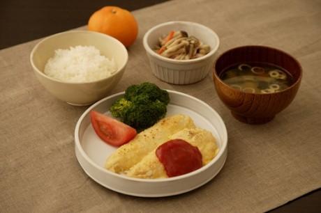 「ささみのピカタ定食」(482キロカロリー、塩分=3.5グラム。副菜は一例で異なる場合がある)