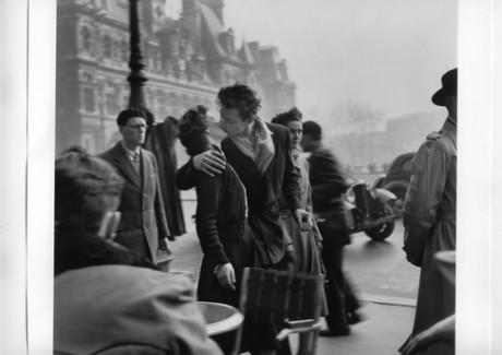 「パリ市庁舎前のキス 1950年」© Atelier Robert Doisneau