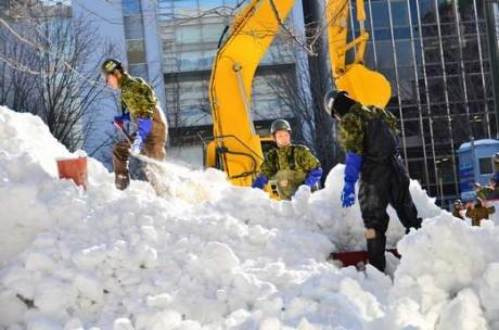 氷点下の中で作業する自衛隊員ら