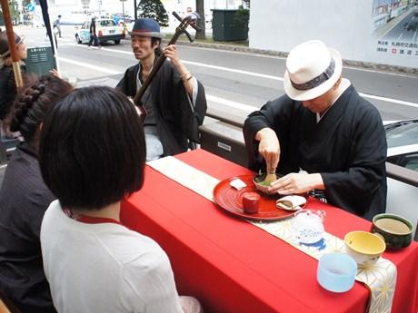 茶心会体験を楽しむ参加者ら