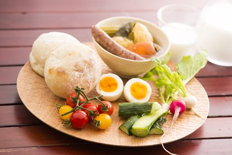 映画に登場した「cogu 小具」の木皿と「coron」の北海道産小麦100%使用の天然酵母パン