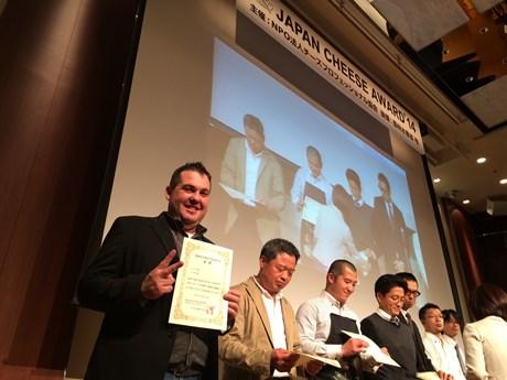 受賞を喜ぶチーズマスターのジョバンニ・グラツィアーノさん