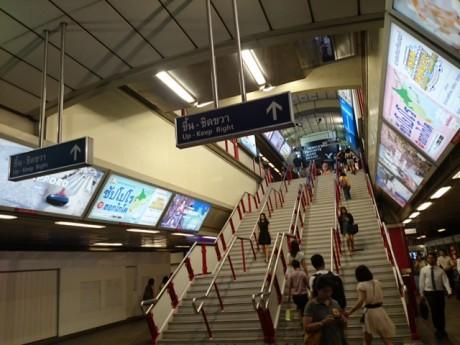 タイの流行発信地であるサイアム駅での広告