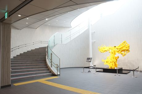 明るい陽射しが差し込む「出口5」の吹き抜け階段付近