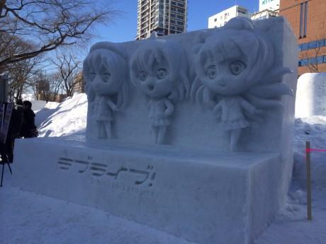 アニメ「ラブライブ!」雪像。ブースには初日午前中から行列ができる人気ぶり