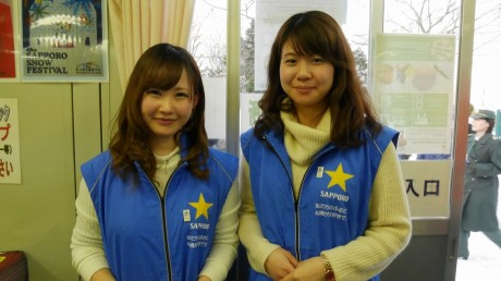 雪まつり期間中にボランティア活動を行う学生