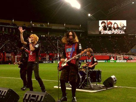 コンサドーレ札幌の試合前に応援歌を披露するフラチナリズム