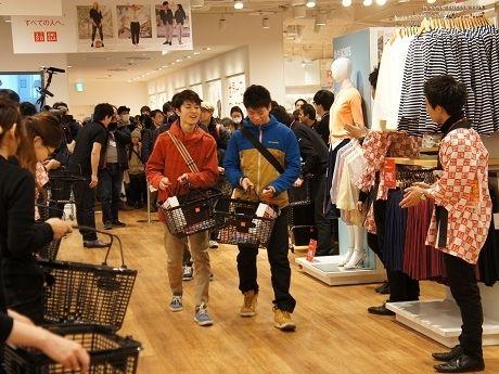 リニューアルオープンした「ユニクロ 札幌エスタ店」に一番乗りする客の様子