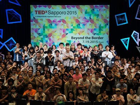 TEDxSapporo 2015のスピーカーと参加者らがステージに集合