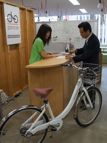 サイクルシェアサービス「ポロクル」に登録する秋元克広市長