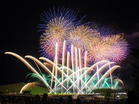 光と花火の花壇に彩られたモエレ沼公園の丘