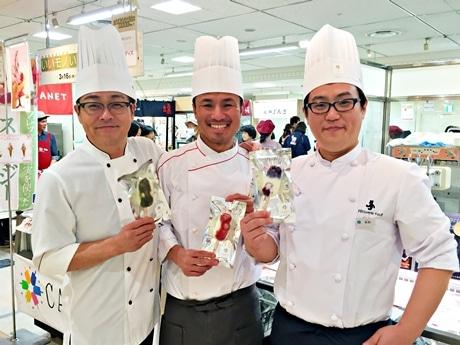 初披露の「アイスキャンディー」を手にするキャンディスの山下さん(左)、山口さん(中央)、木村さん(右)