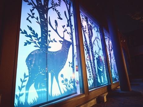 店内に幻想的に照らされる北海道の動物の切り絵