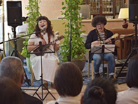 北海道産のエゾマツで作ったウクレレのロビーコンサートを行うcappotto