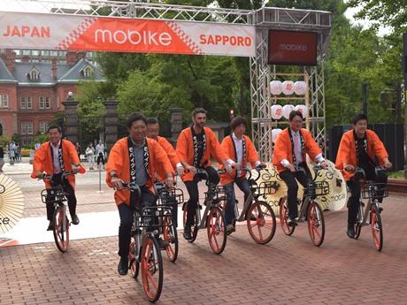 テープカット後にモバイクでデモランするパートナー企業の代表者