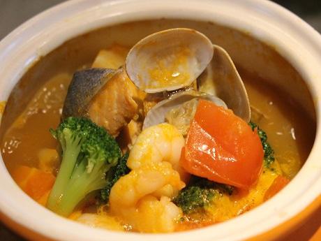 魚介と野菜がはいったブイヤベースは卓上コンロで温められる
