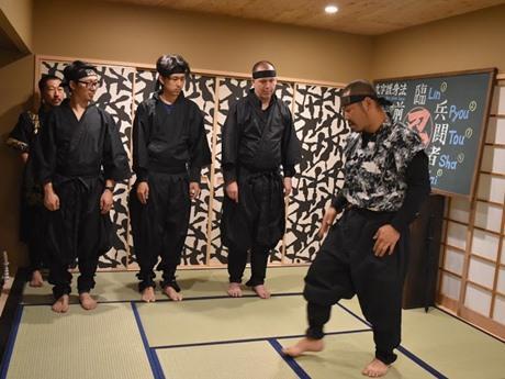本格的な忍者修行を忍者ヤカマさんが指導する