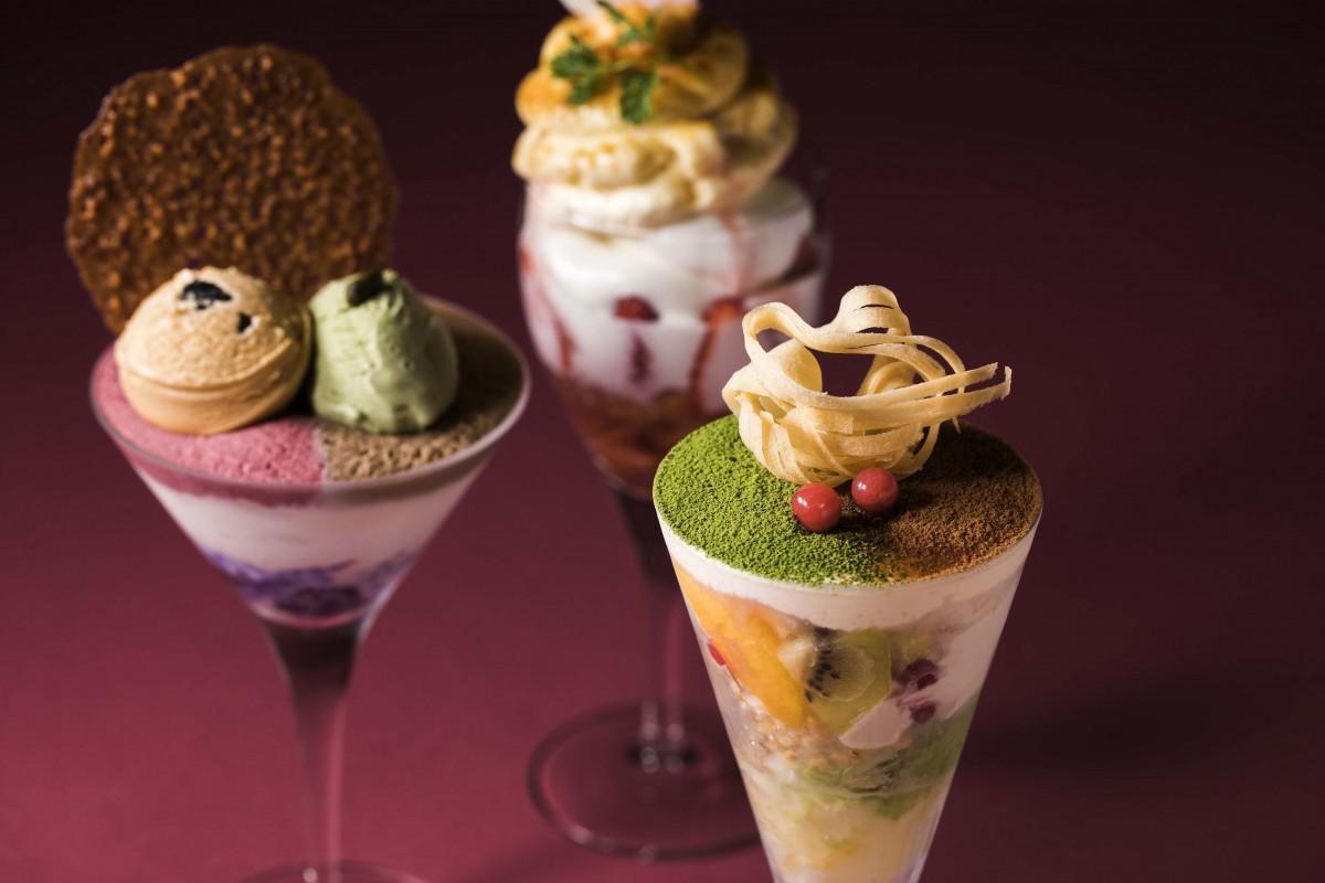 自家製のアイスクリーム、ムース、焼き菓子を使用したパフェを提供。全て同店オリジナルのパフェ