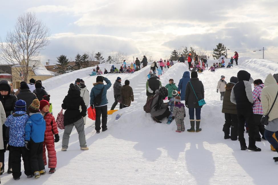 雪の滑り台の様子