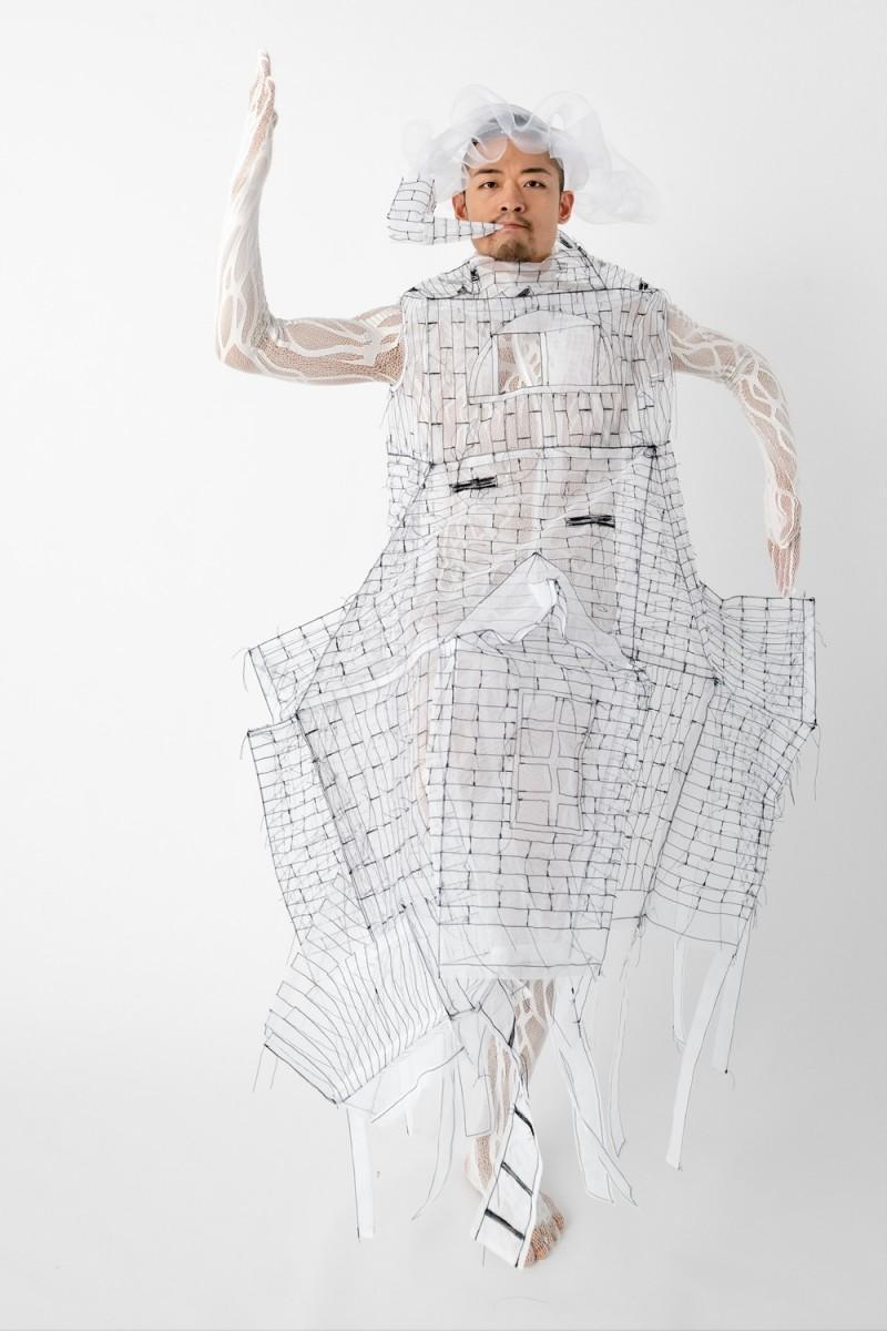ひびのさんの衣装でパフォーマンスするダンサーの島地保武さん(撮影=上原勇さん)