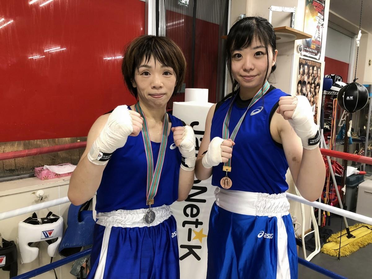 全国大会のメダルを手にする北川さん(左)と紺野さん(右)