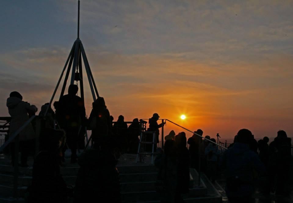 山頂展望台からの初日の出の様子