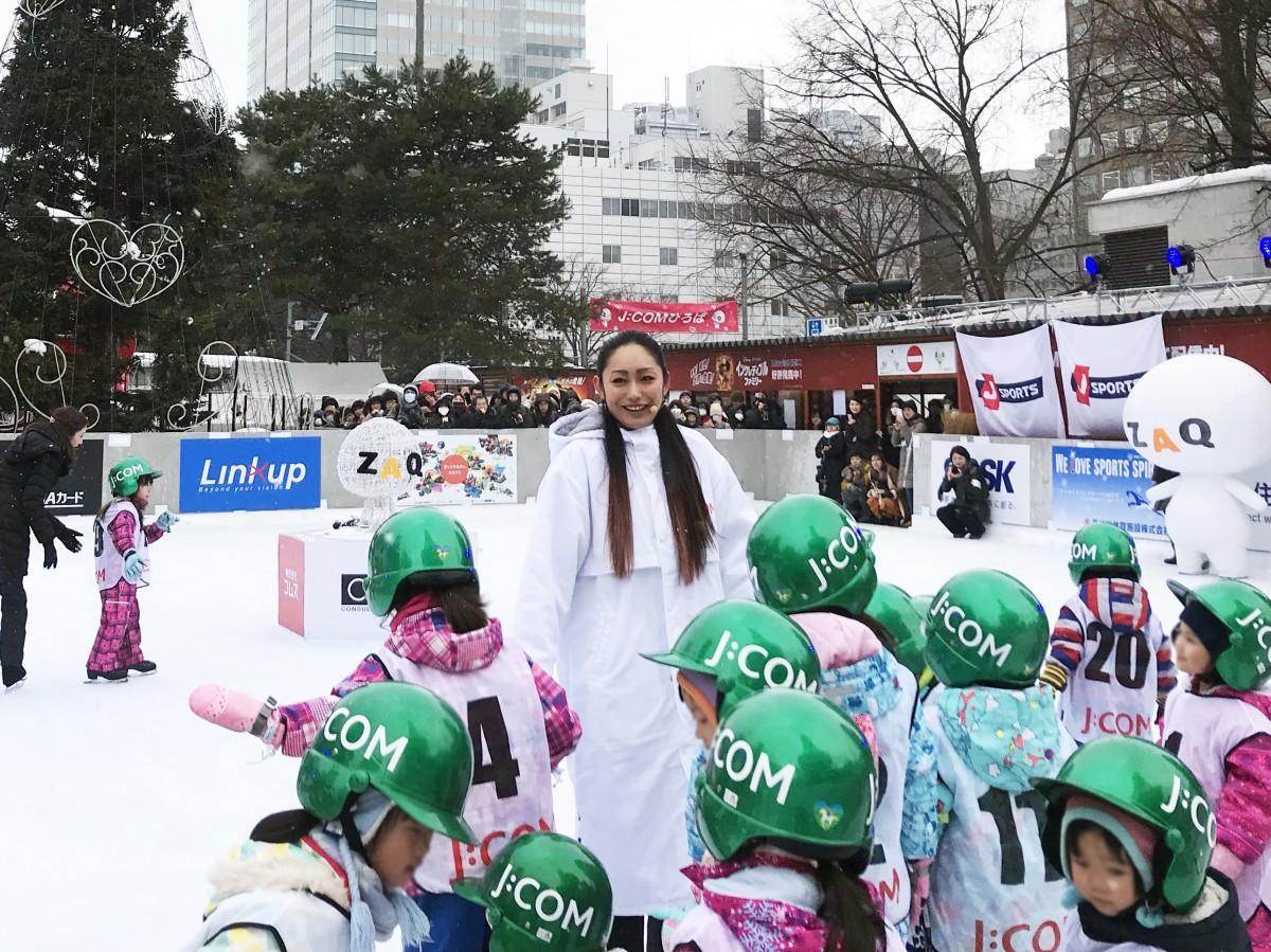 子どもたちにスケートを教える安藤さん(写真中央)