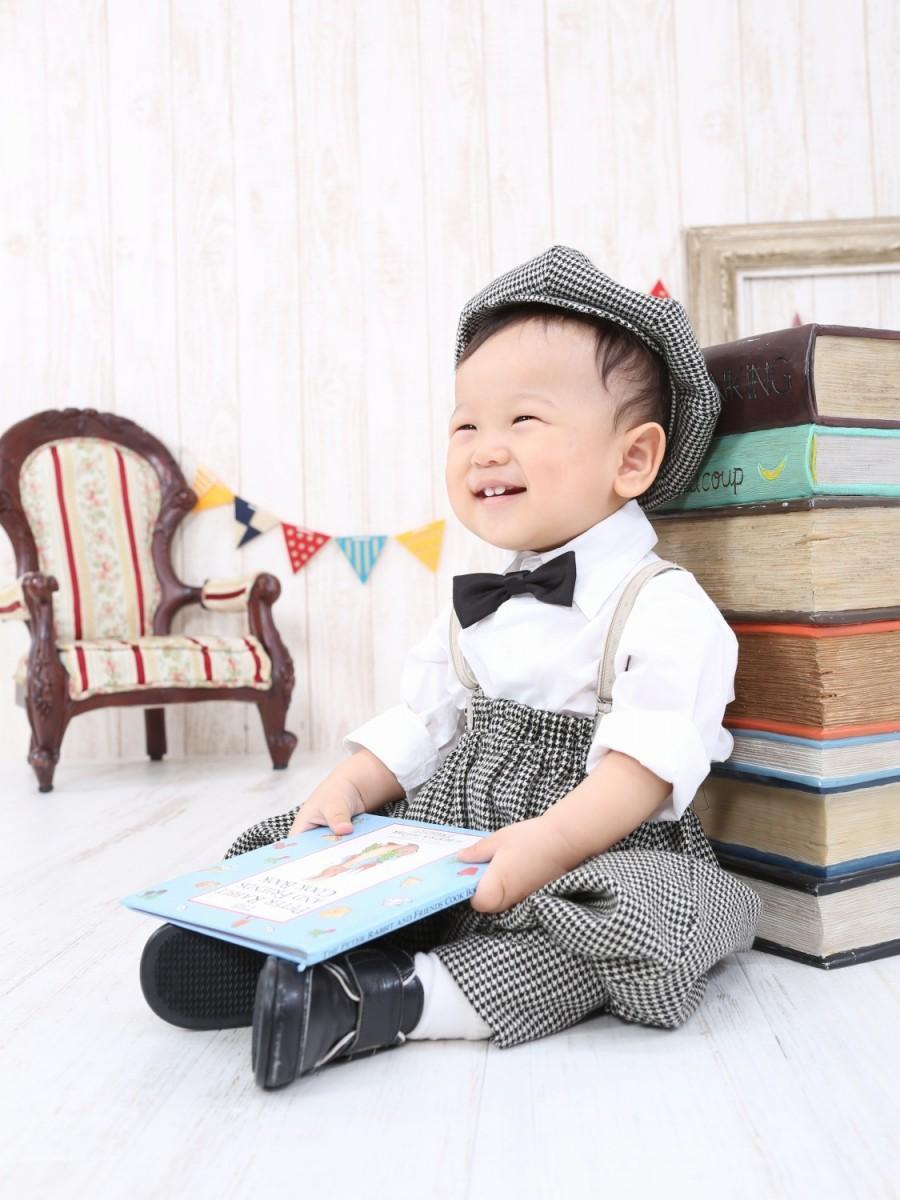 子どもの笑顔写真を60点展示