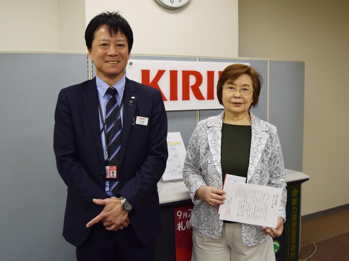 キリンビール札幌支社長 天野聡司さん(左)と北海道公民館協会の成田みえさん(右)