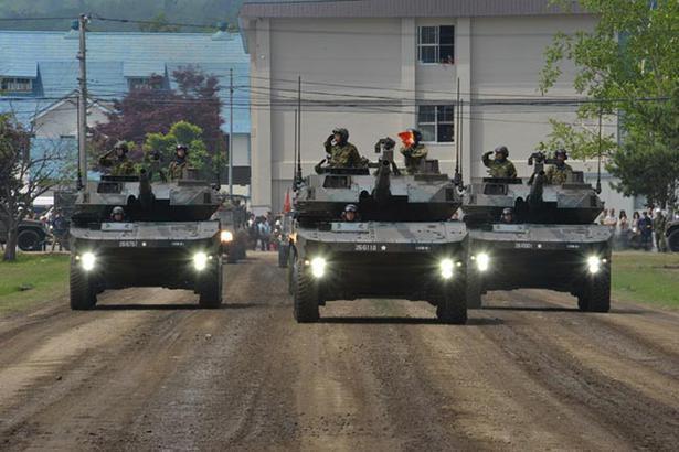 16式機動戦闘車の観閲行進の様子