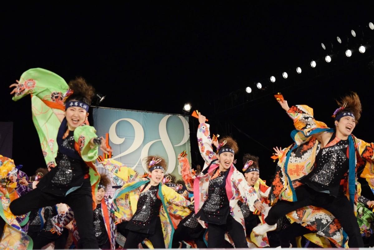 メインステージで演舞を披露する札幌市内チーム