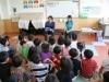 河村隆一さんが子どもたちに絵本を朗読-絵本刊行記念で