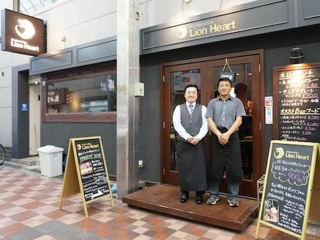 バーテンダーの桂木さんとスタッフ