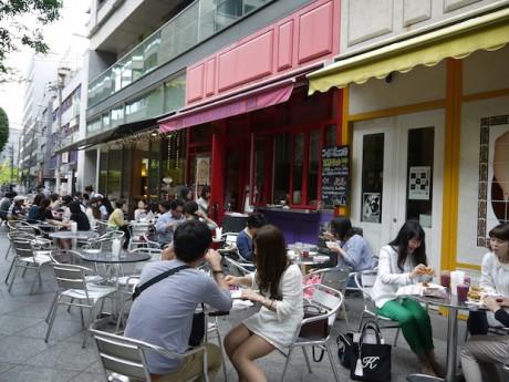 北船場茶論の食べ歩きイベント「北船場(バ)ル」で早くから多くの客でにぎわう