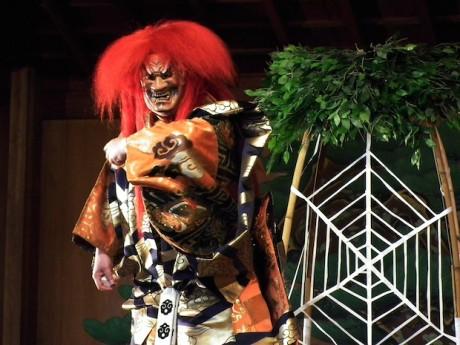 本町ガーデンシティのエントランスホールで上演される「土蜘蛛(つちぐも)」