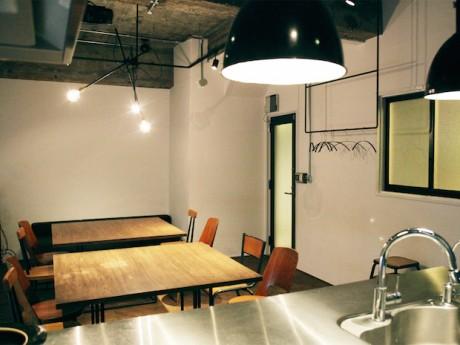 こだわりのインテリアにキッチンを備えた、レンタルスペース「江戸堀チューボールーム」の内観