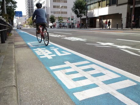 自転車専用レーンの整備が進む本町通(大阪市中央区本町1付近)