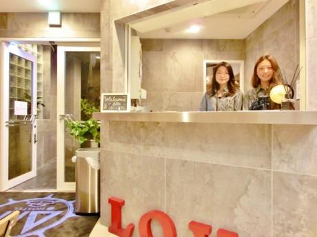 世界中からの宿泊客に対応するホステルのスタッフ